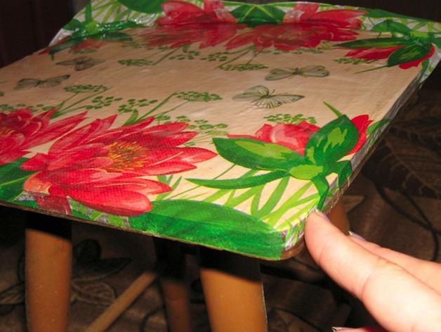 Клей или лак втирается в салфетку, тем самым разравнивая ее