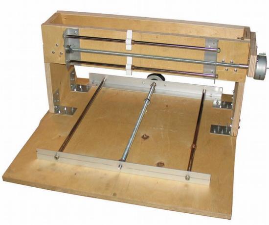 На базе направляющих скольжения от старых матричных принтеров
