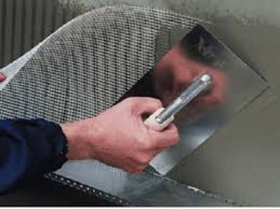 Производим черновое оштукатуривание стен