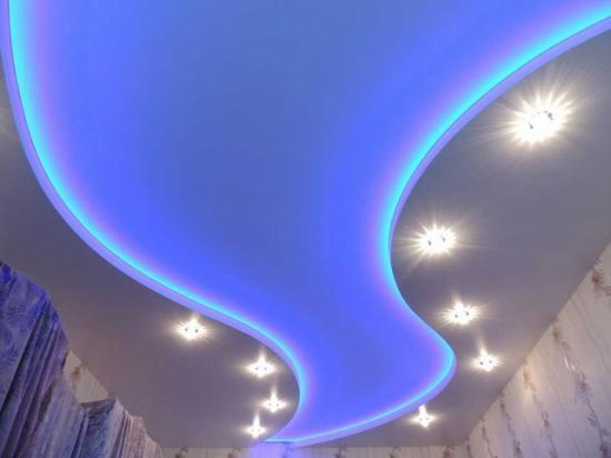 Светодиодный свет и натяжной потолок
