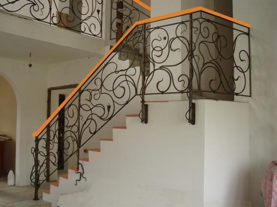 Кованая лестница привлекает внимание