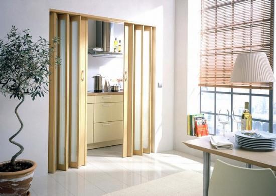 Пластиковые двери дешевле деревянных