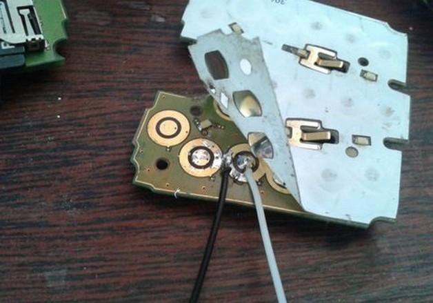 Припаять два провода к контактам кнопки совершения вызова