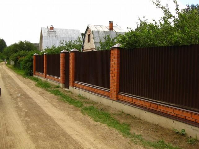 Аккуратный забор из профнастила и кирпича