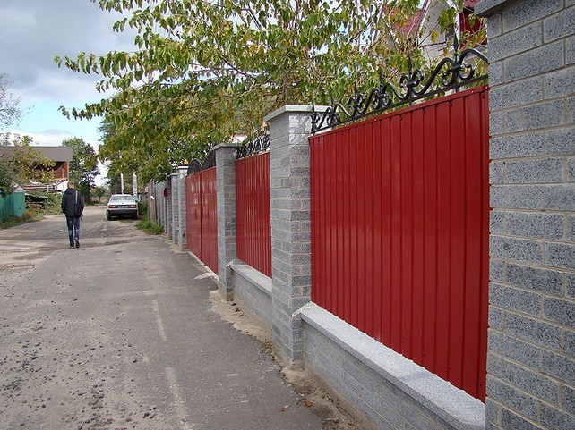 Яркий комбинированный забор