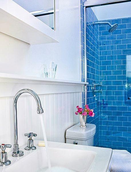 Голубая стеклянная плитка в ванной