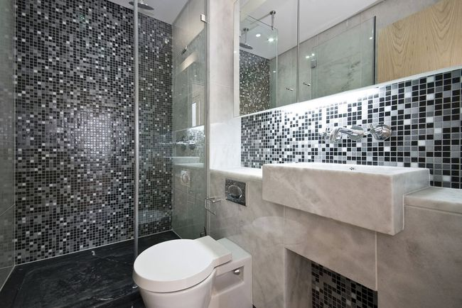 Мозаика на стенах в ванной