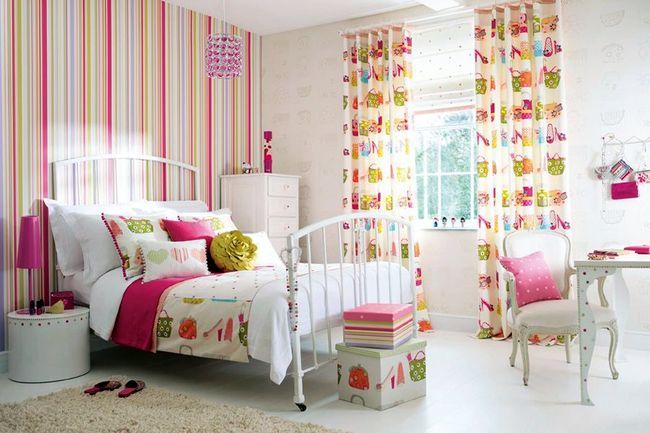 Обои в комнате для девочки с яркими полосами