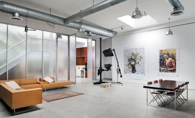 Перегородка из матового стекла в квартире-студии