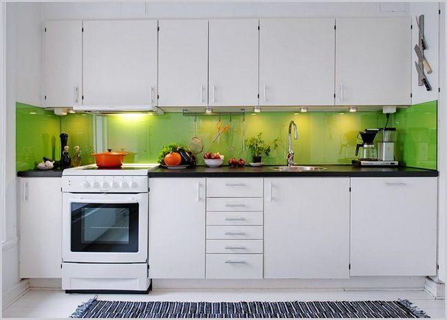 Яркий цвет фартука на белой кухне