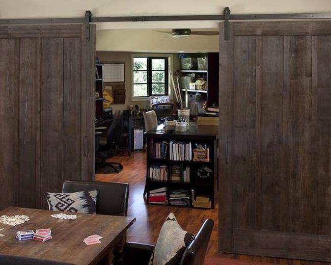 Большие раздвижные межкомнатные двери из натурального дерева.