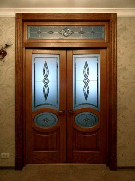 Двухстворчатая дверь с стеклянными вставками