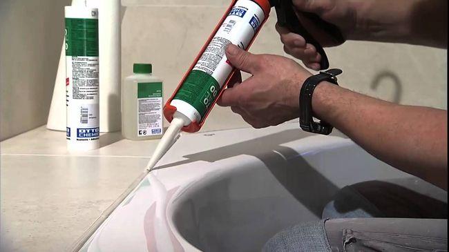 Обработка герметиком ванной