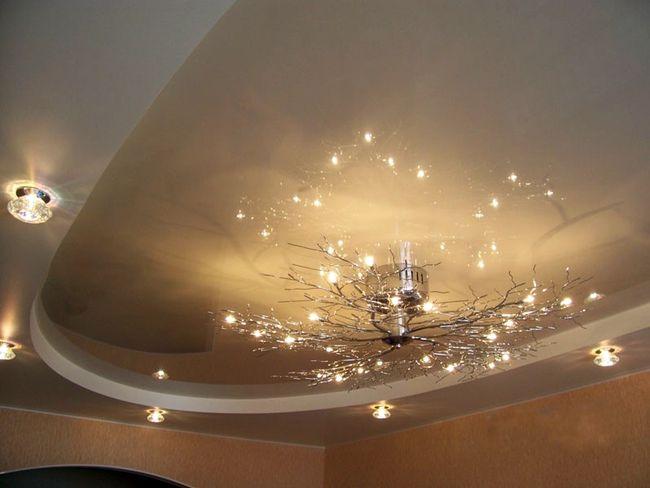 Оформление потолка для большой гостиной