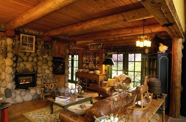 Фото дизайна гостиной с камином в доме из бруса