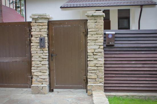 Возле калитки или пред дверью в дом