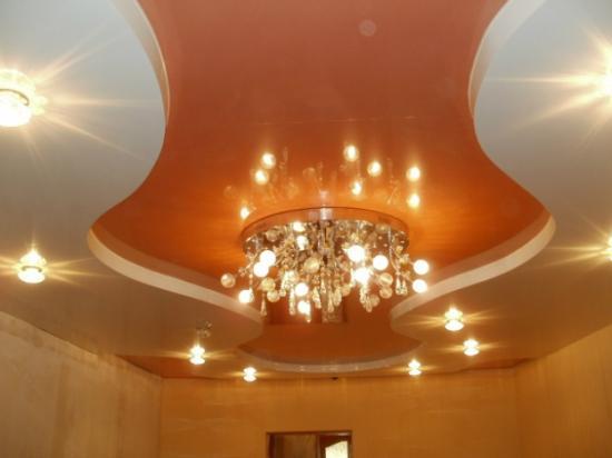 Тепловой поток от ламп направлен не в сторону подвесного полотна