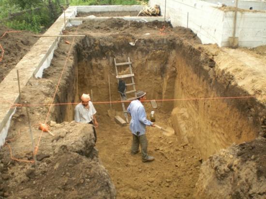 Копаем котлован под подвал