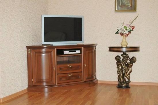 Нужно учитывать не только размеры телевизора, но и размеры комнаты