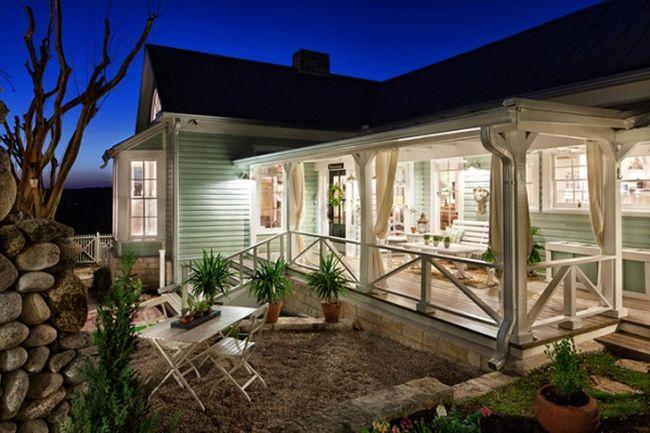 Неотъемлемым условием конструкции веранды, пристроенной к дому, является ее сочетаемость с основной частью здания