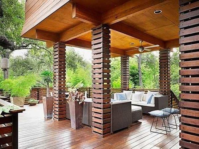 Вся изюминка этого интерьера веранды загородного дома - в необычном оформлении колонн
