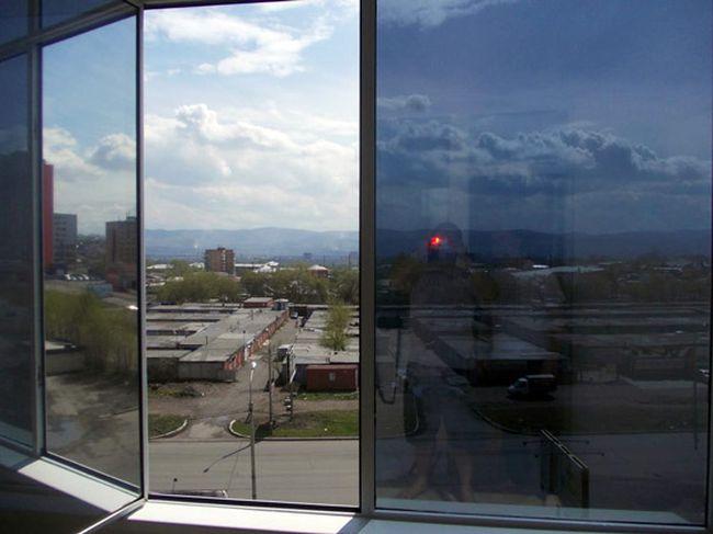 Тонированные стекла в окнах жилых домов