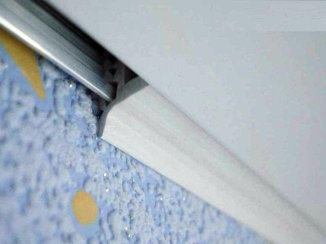 Монтаж облицовки панелей ПВХ на потолке