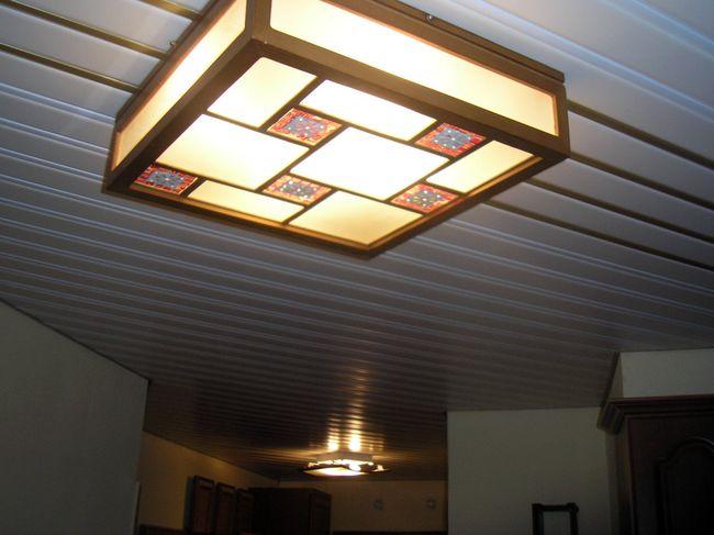 Отделка потолка при помощи пластиковых панелей