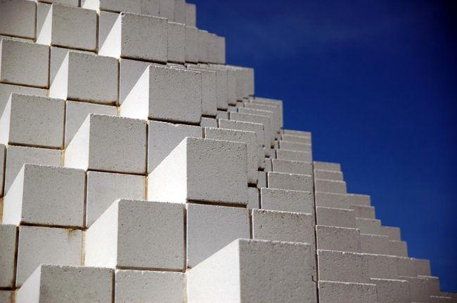 Пеноблоки или газоблоки? Какой строительный материал лучше?